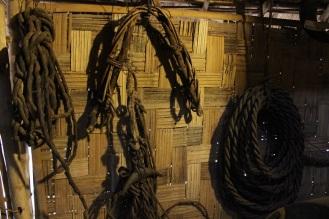 Roi cưỡi voi làm bằng da trâu