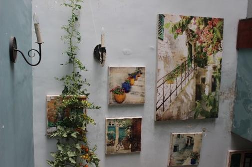 Tường xanh và tranh vẽ tạo cảm giác mát mẻ