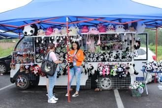 quầy bên ngoài, bán đầy đồ phụ kiện panda